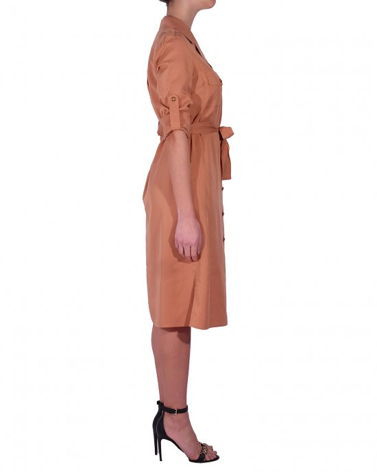 Abito Kocca donna , a camicia lunga, collo con revers, abbottonatura centrale lungo, cintura in tessuto,maniche arrotolate, carrè sul retro e bottoni dorati a contrasto. Cammello